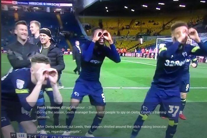 Para pemain Derby County melakukan selebrasi yang menyindir pelatih Leeds United, Marcelo Bielsa.