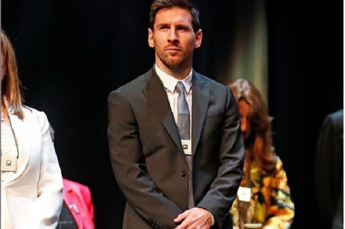 Penyerang Barcelona, Lionel Messi saat menerima penghargaan tinggi dari pemerintah Catalonia.
