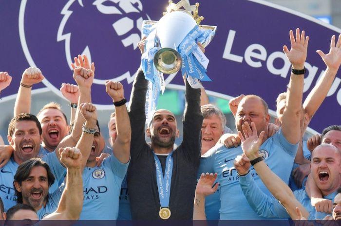 Manajer Manchester City, Josep 'Pep' Guardiola mengangkat trofi Liga Inggris musim 2018-2019