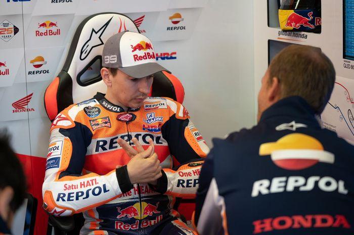 Pembalap Repsol Honda, Jorge Lorenzo, sedang berdiskusi dengan timnya pada seri MotoGP Prancis 2019.