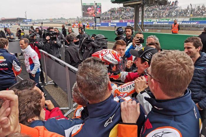 Pembalap Repsol Honda, Marc Marquez, menghampiri adiknya, Alex, seusai memenangi seri MotoGP Prancis 2019, Minggu (19/5/2019).