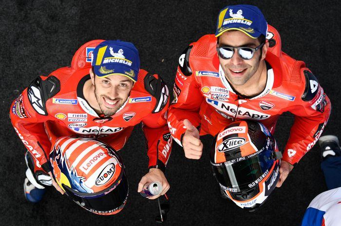 Dua pembalap Ducati, Andrea Dovizioso (kiri) dan Danilo Petrucci, berpose pada balapan MotoGP Prancis di Sirkuit Le Mans.
