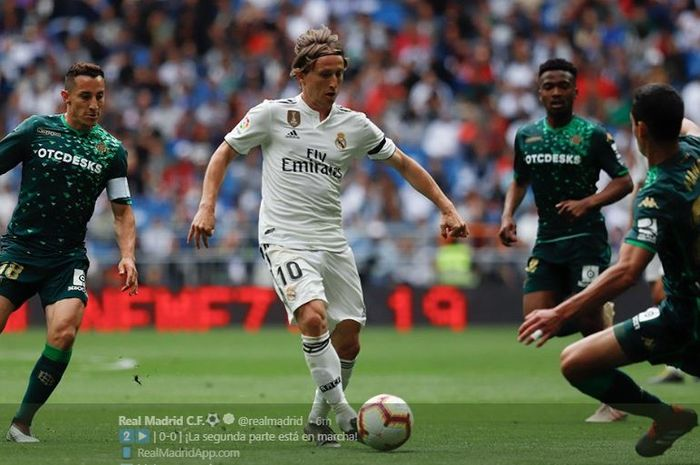 Gelandang Real Madrid, Luka Modric, menggiring bola dalam laga melawan Real Betis pada pekan ke-38 Liga Spanyol di Stadion Santiago Bernabeu, 19 Mei 2019.