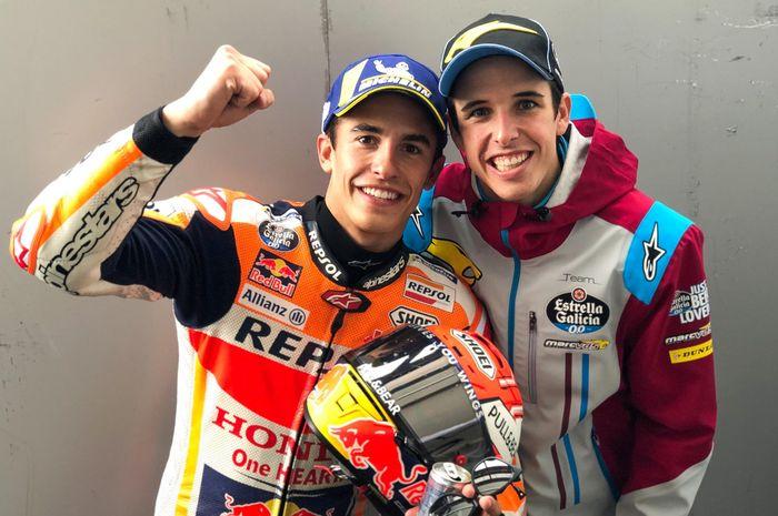 Marc Marquez (kiri) dan Alex Marquez berpose setelah sama-sama finis pertama pada balapan MotoGP Prancis 2019 di Sirkuit Le Mans, Minggu (19/5/2019).