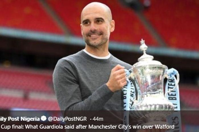 Manajer Manchester City, Pep Guardiola bersama trofi Piala FA