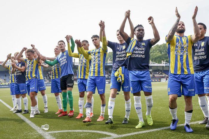 Selebrasi Ezra Walian (paling kanan) dan pemain RKC Waalwijk lainnya setelah menang atas Excelsior pada play-off promosi putaran kedua Liga Belanda di Stadion Mandemakers pada 19 Mei 2019.