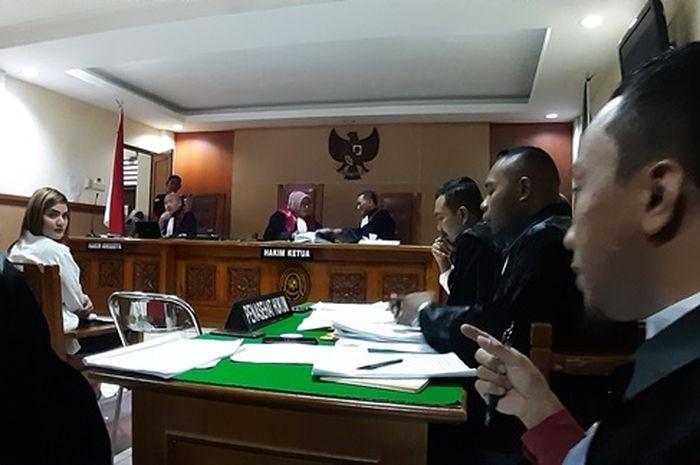 Hilda Vitria Khan di dalam ruang sidang utama Pengadilan Negeri Bekasi, Jawa Barat, Senin (20/5/2019).
