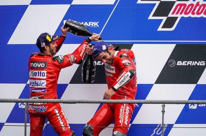 Danilo Petrucci dan Andrea Dovizioso saat merayakan posisi podium pada MotoGP Prancis 2019.