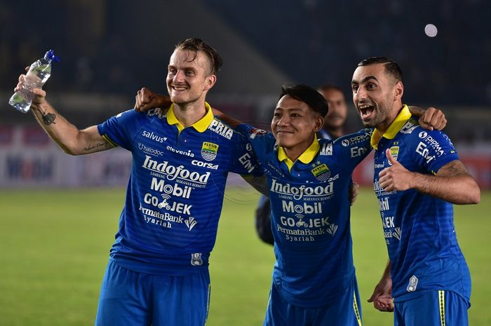 Rene Mihelic (kiri) bersukacita dengan Beckham Nugraha dan Artur Gevorkyan usai membawa Persib Bandung menang 3-0 atas Persipura Jayapura dalam laga perdana Liga 1 2019 di Stadion Si Jalak Harupat, Kabupaten Bandung, Sabtu (18/5/2019) malam WIB.