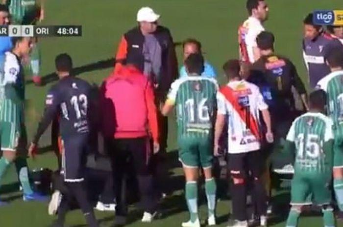 Kabar duka menyelimuti dunia sepak bola setelah seorang wasit Liga Bolivia, Victor Hugo Hurtado, kolaps hingga berujung meninggal dunia.