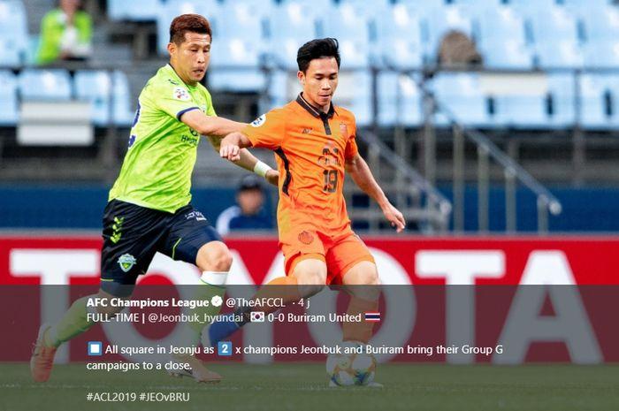 Penyerang Buriram United, Supachok Sarachart (kanan) saat coba dihentikan pemain Jeonbuk FC pada laga pamungkas fase grup Liga Champions Asia 2019 di Jeonju World Cup Stadium, 21 Mei 2019.