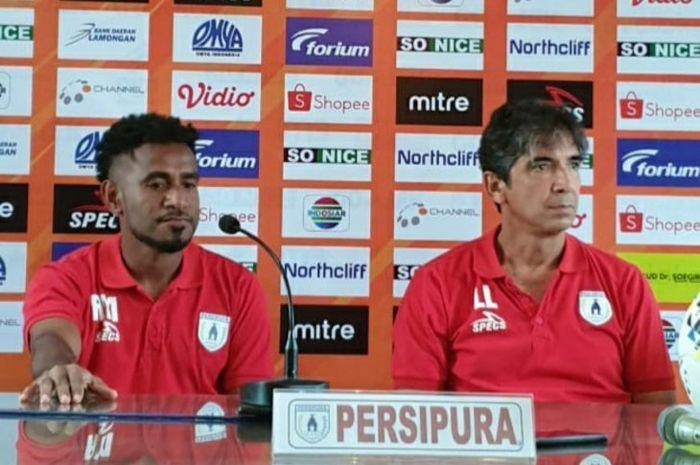 Pelatih Persipura Jayapura, Luciano Leandro (kanan), dan pemainnya, Ronaldo Mesido, memberikan komentar saat sesi konferensi pers sebelum pertandingan melawan Persela Lamongan pada pekan kedua Liga 1 2019.