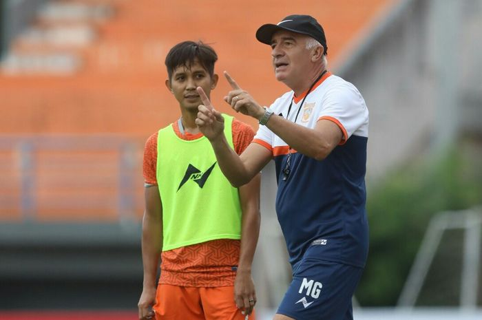 Pelatih Borneo FC, Roberto Carlos Mario Gomez, saat memimpin tim latihan jelang laga kontra Arema FC pada pekan kedua Liga 1 2019.