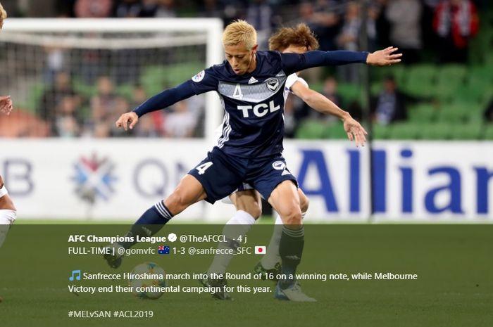 Aksi pemain Melbourne Victory asal Jepang, Keisuke Honda (depan) saat mencoba melindungi bola dari pilar Sanfrecce Hiroshima pada laga pamungkas fase grup Liga Champions Asia 2019 di Stadion AAMI Park, 22 Mei 2019.