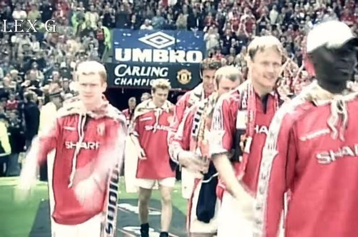 Gelandang Manchester United, Paul Scholes (kiri).