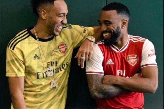 Potret jersey anyar Arsenal musim 2019-2020 yang bocor ke publik. Diperagakan oleh Pierre-Emerick Aubameyang dan Alexandre Lacazette.