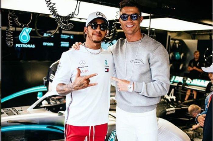 Momen Cristiano Ronaldo menyambangi Lewis Hamilton di paddock tim Mercedes jelang GP F1 Monaco di Monte Carlo.