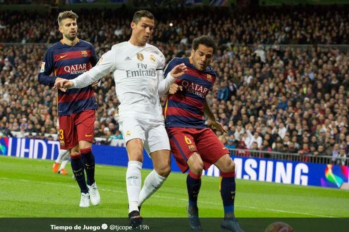 Bek PSG, Dani Alves, saat masih membela Barcelona, berduel dengan megabintang Juventus, Cristiano Ronaldo, kala berseragam Real Madrid.