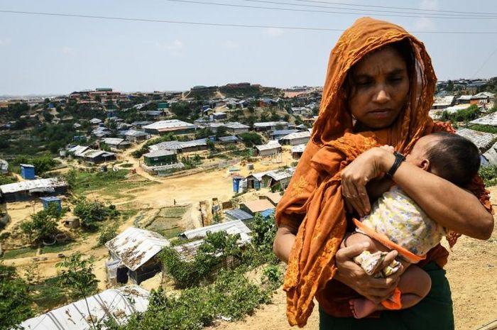 Ada banyak risiko kesehatan untuk melahirkan bayi di kamp pengungsi Rohingya di Cox's Bazar, karena kondisi hidup mereka yang berantakan, menurut Dr Reyes.
