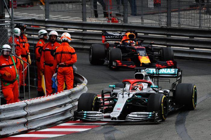 Pembalap Mercedes, Lewis Hamilton (depan), saat beradu cepat dengan pembalap Red Bull Racing, Max Verstappen (belakang), dalam F1 GP Monako 2019, Minggu (26/5/2019).