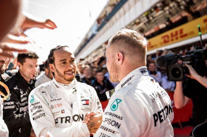 Dua pembalap tim Mercedes, Lewis Hamilton (kiri) dan Valtteri Bottas (kanan)