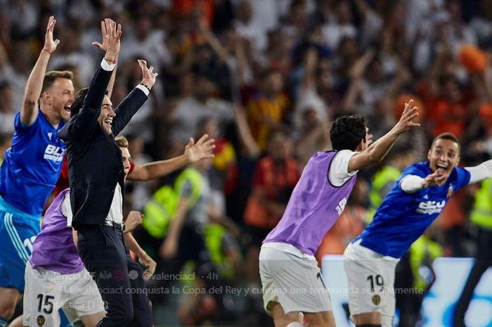 Pelatih Valencia, Marcelino Garcia Toral, merayakan gelar juara Copa del Rey 2018-19 setelah timnya menang 2-1 pada partai final di Estadio Benito Villamarin, 25 Mei 2019.