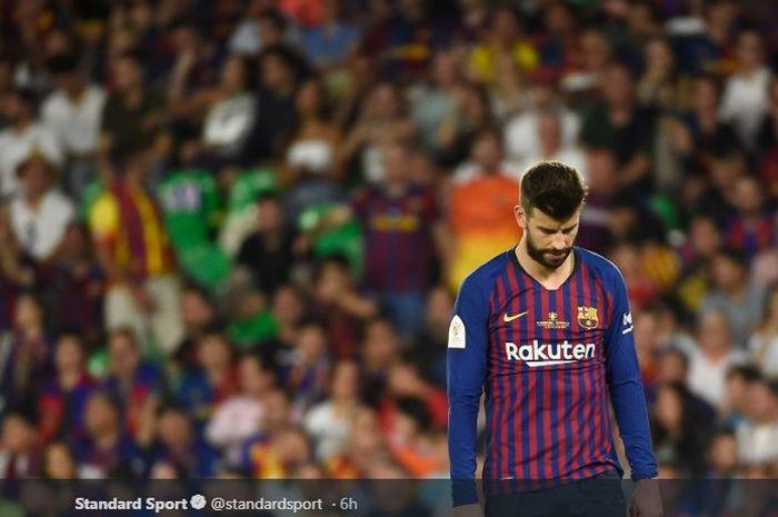 Bek FC Barcelona, Gerard Pique, tertunduk lesu seusai timnya kalah 1-2 dari Valencia pada laga final Copa del Rey 2018-19 di Estadio Benito Villamarin, 25 Mei 2019.