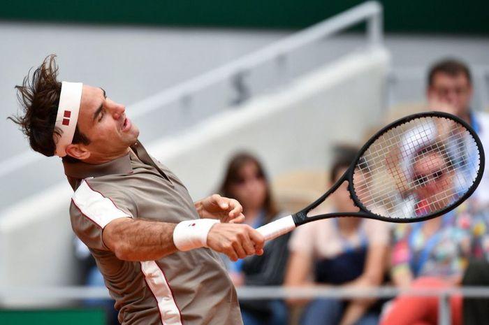 Aksi Roger Federer pada babak pertama French Open 2019, Minggu (26/5/2019)