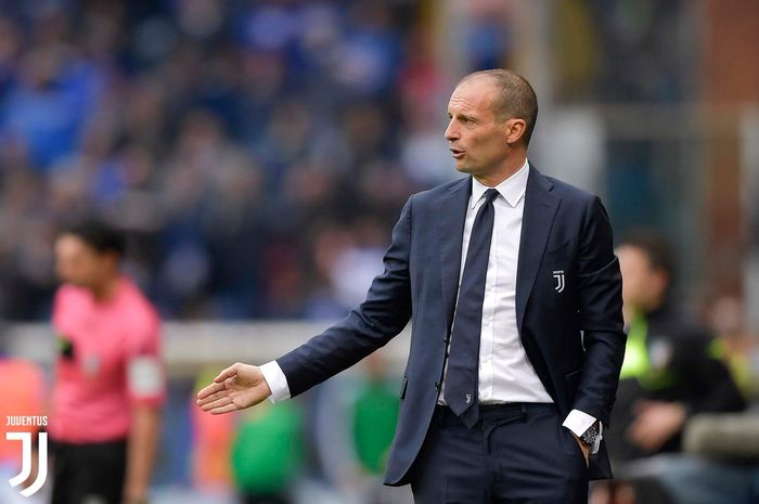 Pelatih Massimiliano Allegri, melambaikan tangan dalam laga perpisahannya dengan Juventus kala jumpa Sampdoria pada pekan ke-38 Liga Italia 2018-19, 25 Mei 2019 di Stadion Comunale Luigi Ferraris.