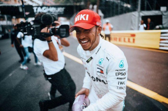Pembalap Mercedes, Lewis Hamilton melakukan selebrasi usai memenangi F1 Monako 2019, Minggu (26/5/2019)