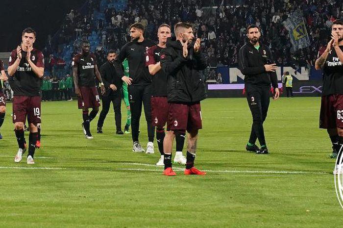 Para pemain AC Milan memberi salam kepada suporter setelah pertandingan melawan SPAL pada pekan ke-38 Liga Italia 2018-2019 di Stadion Paolo Mazza, 26 Mei 2019.