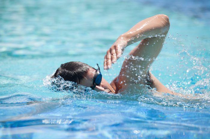 Berenang.