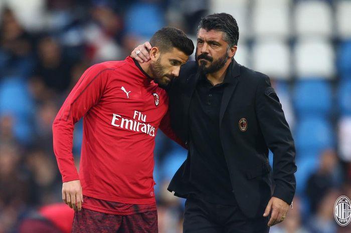 Pelatih AC Milan, Gennaro Gattuso, memeluk Fabio Borini, jelang laga pekan ke-38 Liga Italia melawan SPAL di Stadion Paolo Mazza, 26 Mei 2019.