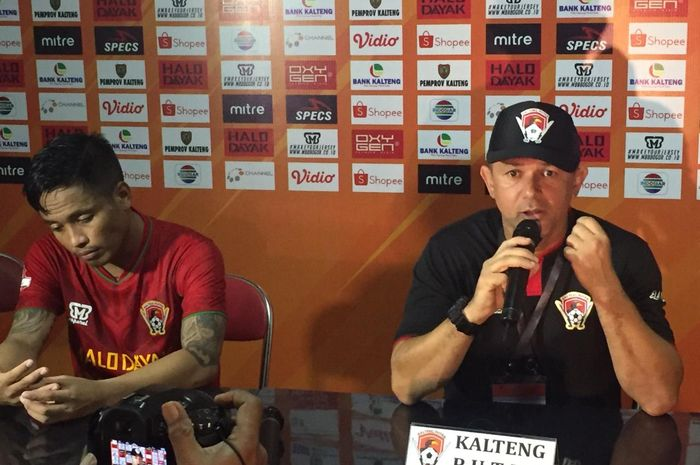 Pelatih Kalteng Putra, Gomes De Oliveira, didampingi kapten, I Gede Sukadana, saat jumpa pers sesuai laga menjamu Perseru Badak Lampung FC, Selasa (28/5/2019) malam.