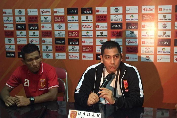 Pelatih Perseru Badak Lampung FC, Jan Saragih didampingi kapten, Musafri, saat jumpa pers seusai laga kontra Kalteng Putra, Selasa (28/5/2019) malam.