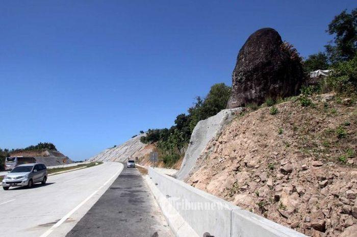 Misteri Batu Bleneng Di Tol Cipali Km 181 182 Dikabarkan Makan Korban Jiwa Saat Akan Dipindah Sampai Mitos Sumbat Mata Air Raksasa Semua Halaman Grid Id