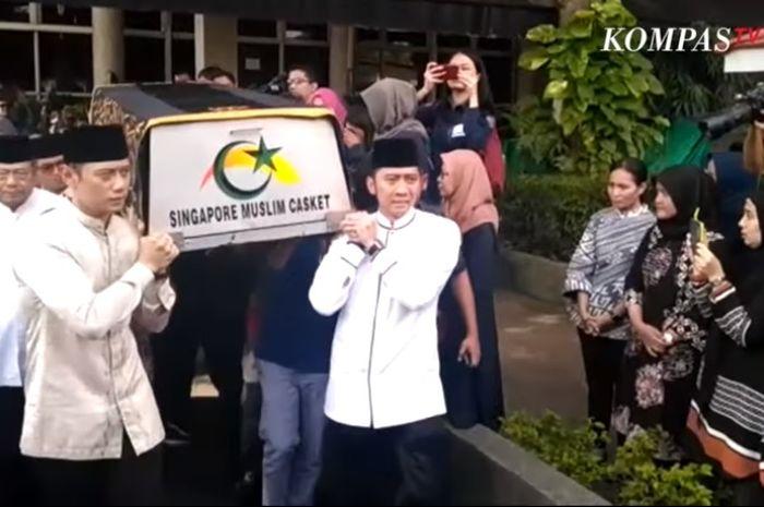 SBY, AHY, dan Ibas, mengantarkan peti jenazah Ani Yudhoyono menuju masjid di KBRI Singapura, Sabtu (1/6/2019).