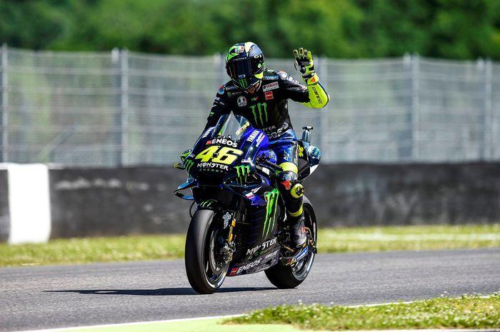 Pembalap Monster Energy Yamaha, Valentino Rossi, melambaikan tangan pada sesi kualifikasi MotoGP Italia 2019 di Sirkuit Mugello, Italia, Sabtu (1/6/2019).