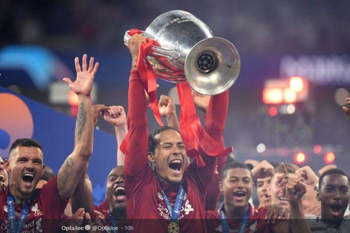 Bek tengah Liverpool FC, Virgil van Dijk, mengangkat trofi juara Liga Champions di Stadion Wanda Metropolitano, Madrid, 1 Juni 2019.