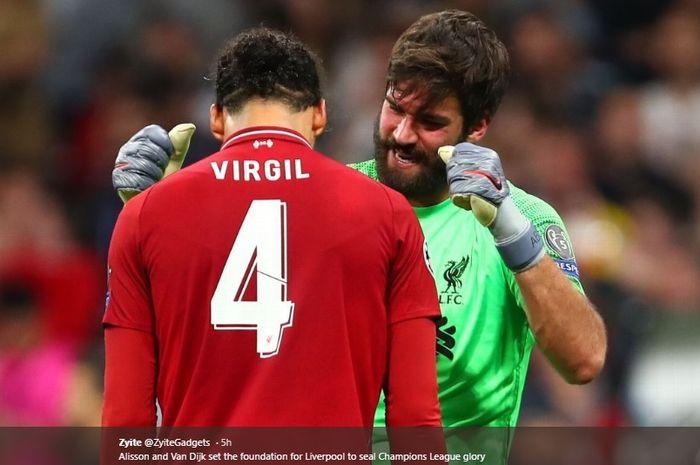 Virgil van Dijk dan Alisson Becker saling memberikan salam seusai pertandingan Liverpool melawan Tottenham pada final Liga Champions, 1 Juni 2019.