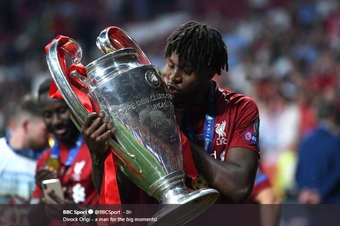 Penyerang Liverpool, Divock Origi mencium trofi Liga Champions seusai pertandingan melawan Tottenham Hotspur