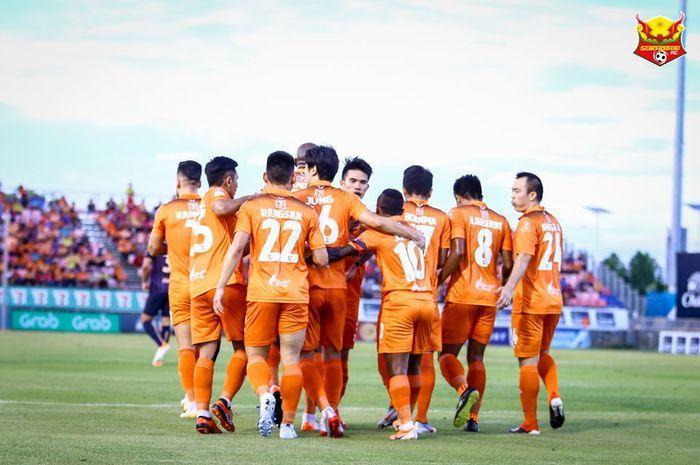 Suka cita para pemain Sukhothai FC saat merayakan gol ke gawang Buriram FC pada pekan ke-13 Liga Thailand 1 2019 di Stadion Thung Talay Luang, 1 Juni 2019.