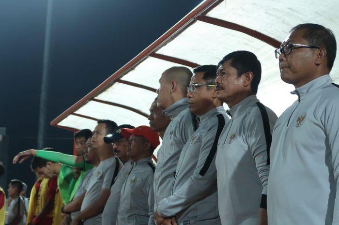 Pelatih Timnas U-23 Indonesia, Indra Sjafri, berdiri untuk mengheningkan cipta menghormati meninggalnya Ani Yudhoyono, sebelum kick off kontra PSIM Yogyakarta, Minggu (2/5/2019) dimulai.