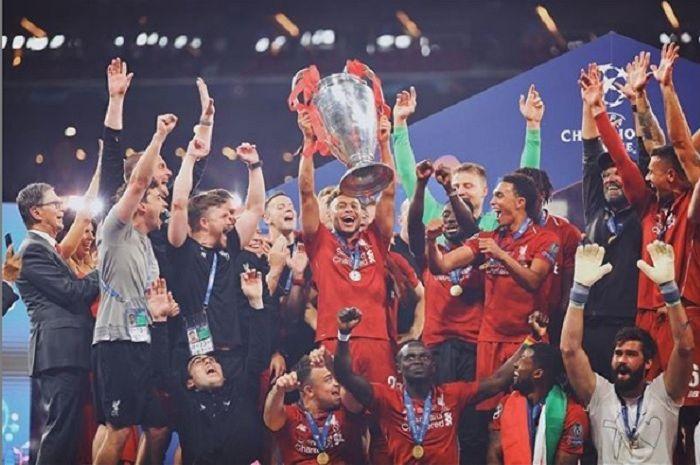 Alex Oxlade-Chamberlain saat mengangkat trofi juara Liga Champions bersama Liverpool.