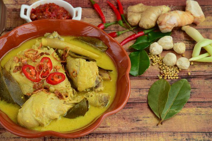 Opor ayam, salah satu hidangan wajib saat lebaran.