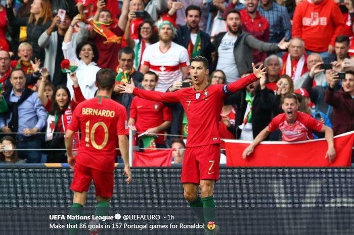 Megabintang timnas Portugal, Cristiano Ronaldo (kanan), merayakan gol yang dicetak ke gawang timnas Swiss dalam laga semifinal UEFA Nations League di Estadio do Dragao, Rabu (5/6/2019).