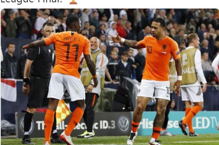 Dua pemain timnas Belanda, Quincy Promes (kiri) dan Memphis Depay, melakukan selebrasi dalam laga semifinal UEFA Nations League melawan timnas Inggris di Estadio D. Afonso Henriques, Kamis (6/6/2019).