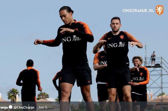 Bek timnas Belanda, Virgil van Dijk (depan), mengikuti sesi latihan.