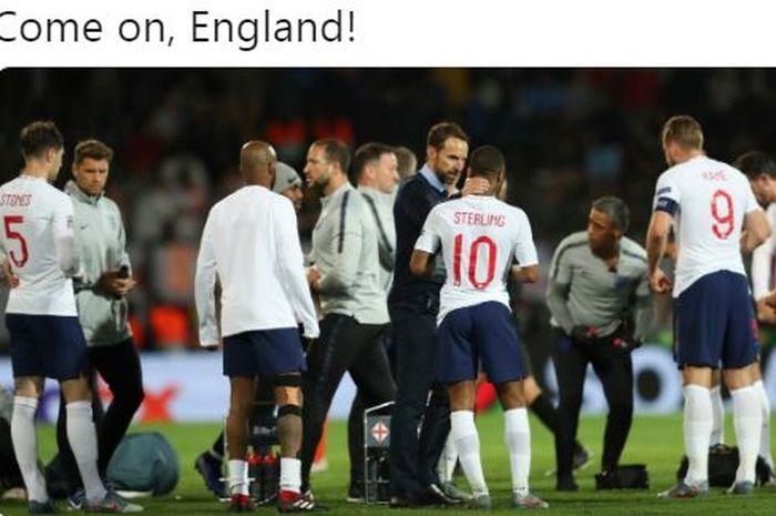 Pelatih timnas Inggris, Gareth Southgate, berbicara kepada Raheem Sterling (10) saat jeda laga semifinal UEFA Nations League melawan timnas Belanda di Estadio D. Afonso Henriques, Kamis (6/6/2019).