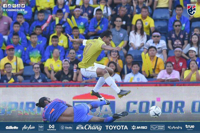 Striker sekaligus kapten timnas Thailand, Teerasil Dangda melompati pemain bertahan timnas India pada perebutan posisi tiga King's Cup 2019 di Chang Arena, Buriram, 8 Juni 2019.